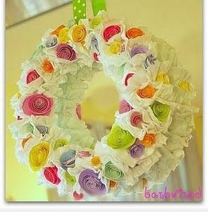 Idėja namams: vainikas su popierinėmis gėlėmis ir raukiniais