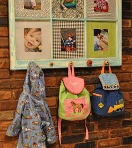 Idėja namams: rėmas su skirtingais pasportais ir kabyklėlėmis
