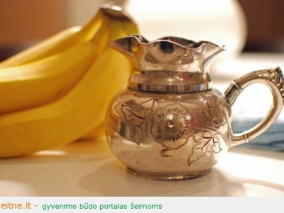 Blizginame stalo sidabrą banano žievele