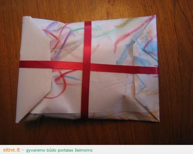 Gražus dovanų pakavimo būdas surišant juostele