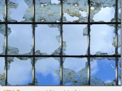 Kaip susijęs išdaužtas langas ir tvarka namuose?