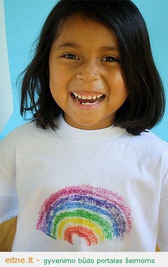Darbeliai su vaikais: vaškinėmis kreidelėmis marginti marškinėliai