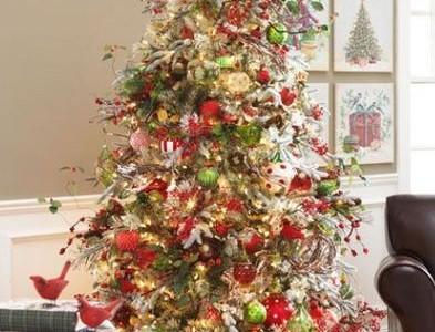Idėja Kalėdoms: įvairiai puoštos eglutės