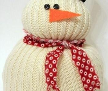 Idėja Kalėdoms: sniego senis iš seno megztinio