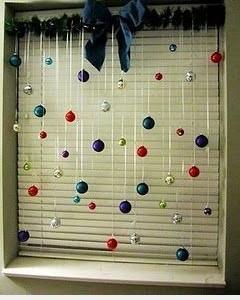 Idėja Kalėdoms: papuoštas langas