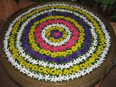 Idėja namams: staliukas su gyvomis gėlėmis