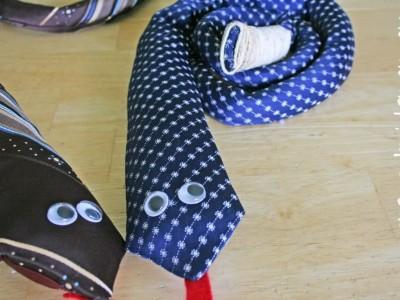 Gaminame žaislus: gyvatės barškuolės iš … senų kaklaraiščių
