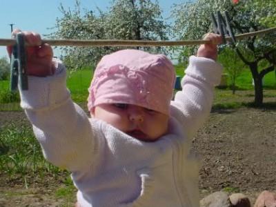 Žaidimai sėdintiems, ropojantiems ir pirmus žingsnelius žengiantiems kūdikiams