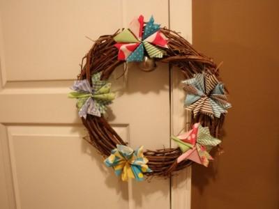 Idėja namams: kalėdinis vainikas su gėlėmis iš medžiagos skiaučių