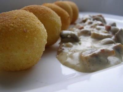Receptas: Virtų bulvių spurgytės su grybų padažu