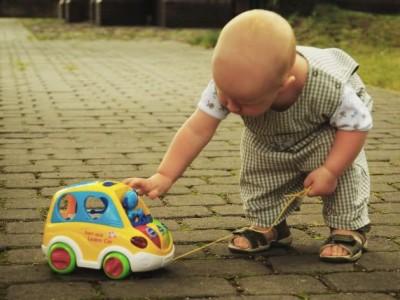Žaislai ropojantiems, vaikščiojantiems mažyliams iki trijų metų