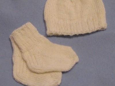 Kojinės ir kepurė neišnešiotukams