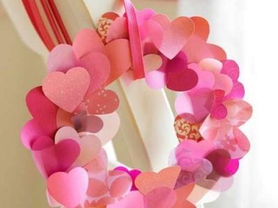 Popierinių širdelių vainikas – dar viena idėja Valentino dienai