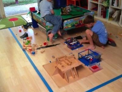 Vaikų žaidimų erdvė aptverta dažymo juosta