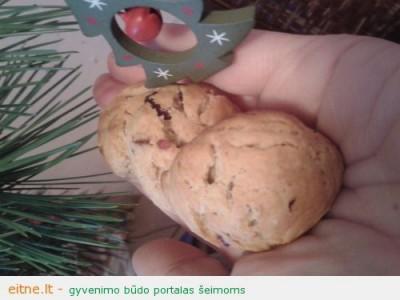 Sviestiniai sausainiai su džiovintomis spanguolėmis ir cinamonu