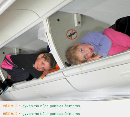 vaikai lėktuvo bagažinėje